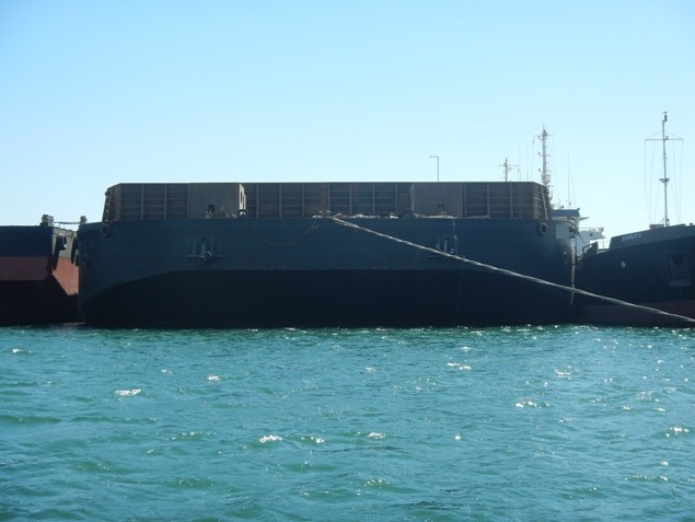 Flattop barge with sidewalls for sale / 128 x 40m / 27,084 dwt / 15t per m2