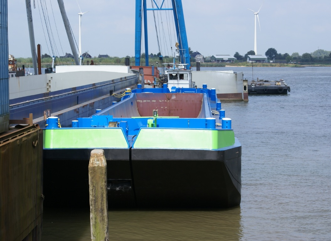 Non propelled splitbarge sisters for charter or sale / 363 cubic capacity