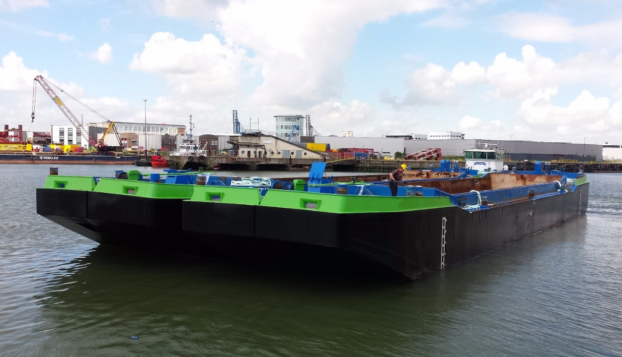 Non propelled splitbarges for charter or sale/ 516 cubic capacity