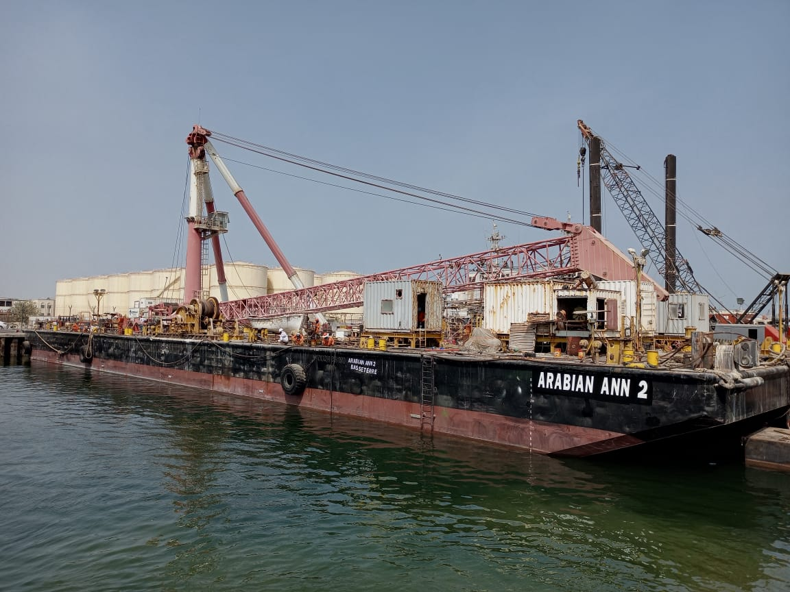 Cranebarge 'Arabian Ann 2' with 4-point mooring for charter/ Lifting capacity 200t / 75 x 28m